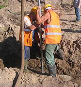 Wprowadzanie rury wpłukującej do gruntu