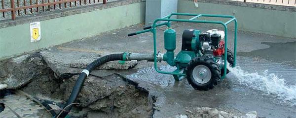 Pompa Caffini Libellula przy zasysaniu wody z wykopu