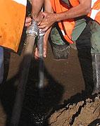 Wprowadzanie rury wpłukującej do gruntu - ciąg dalszy 2